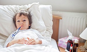 ребенок в кровати с температорой